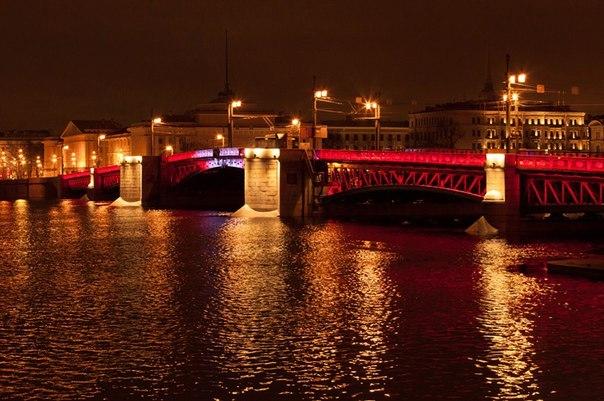 праздничная красная подсветка Дворцового моста
